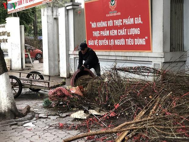 Hà Nội: Rác tăng đột biến 30 Tết, công nhân căng mình dọn rác - Ảnh 8.