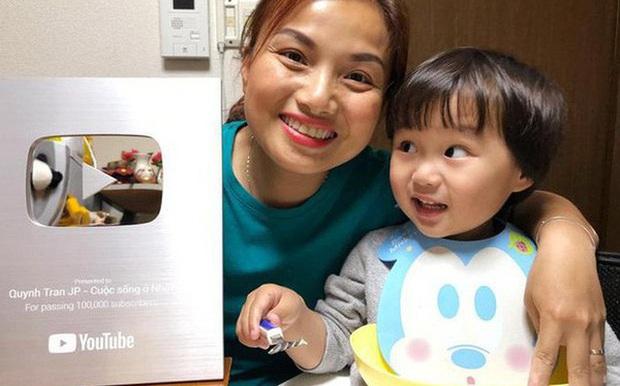 Tin vui cuối năm: Lần đầu tiên mẹ con Quỳnh Trần - bé Sa được xuất hiện trên báo Nhật Bản, dân tình phấn khởi dù… chẳng hiểu gì - Ảnh 3.