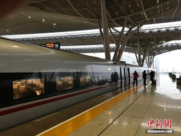 Chiều 30 Tết buồn ở ổ dịch Vũ Hán: Ga tàu, sân bay đìu hiu, đường phố vắng tanh không một bóng người vì virus corona - Ảnh 2.