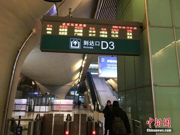Chiều 30 Tết buồn ở ổ dịch Vũ Hán: Ga tàu, sân bay đìu hiu, đường phố vắng tanh không một bóng người vì virus corona - Ảnh 3.