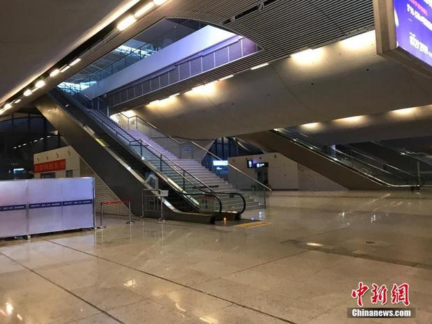 Chiều 30 Tết buồn ở ổ dịch Vũ Hán: Ga tàu, sân bay đìu hiu, đường phố vắng tanh không một bóng người vì virus corona - Ảnh 1.