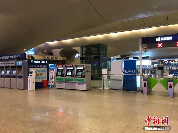 Chiều 30 Tết buồn ở ổ dịch Vũ Hán: Ga tàu, sân bay đìu hiu, đường phố vắng tanh không một bóng người vì virus corona - Ảnh 4.