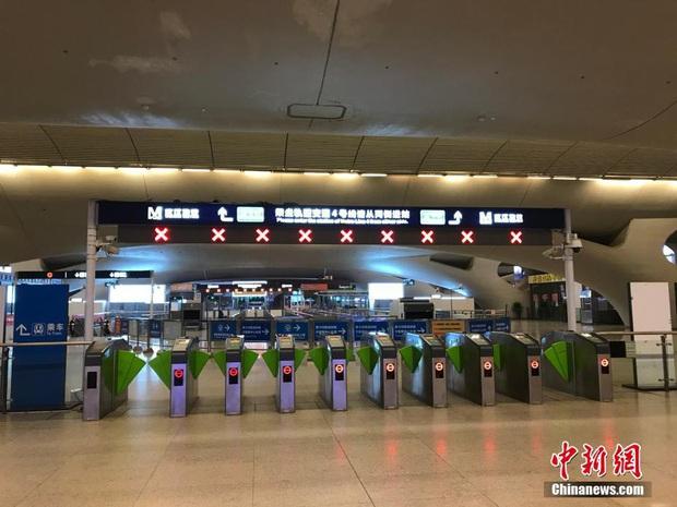 Chiều 30 Tết buồn ở ổ dịch Vũ Hán: Ga tàu, sân bay đìu hiu, đường phố vắng tanh không một bóng người vì virus corona - Ảnh 6.