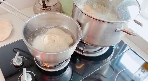 Không phải bánh tét hay thịt kho, mùng 1 Tết nhà Thuỷ Tiên - Công Vinh là phải ăn món mì đặc biệt này để cầu may mắn - Ảnh 1.