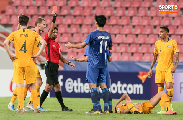 Đã tìm ra cầu thủ đen đủi nhất mùng 1 Tết: Nhận thẻ đỏ chỉ sau 5 phút vào sân, cố đợi VAR giải cứu nhưng bất thành - Ảnh 1.