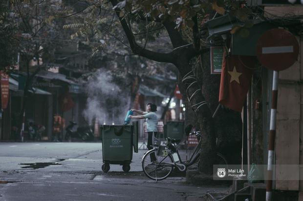 Hà Nội sáng mùng 1 Tết Canh Tý: Sau trận mưa lớn đêm 30, đường phố vắng vẻ như trong cuốn phim cũ nhuốm màu thời gian - Ảnh 9.