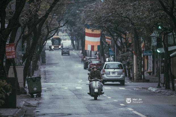 Hà Nội sáng mùng 1 Tết Canh Tý: Sau trận mưa lớn đêm 30, đường phố vắng vẻ như trong cuốn phim cũ nhuốm màu thời gian - Ảnh 4.