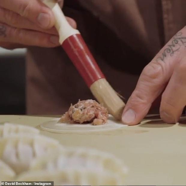 David Beckham bất ngờ vào bếp làm sủi cảo để chúc mừng Tết Nguyên Đán: Chiều fan châu Á đến thế là cùng! - Ảnh 4.