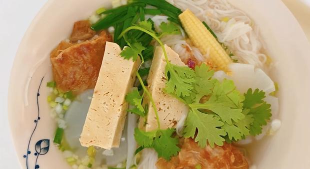 Không phải bánh tét hay thịt kho, mùng 1 Tết nhà Thuỷ Tiên - Công Vinh là phải ăn món mì đặc biệt này để cầu may mắn - Ảnh 3.