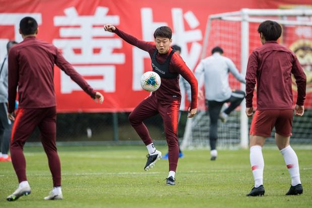 Virus corona hoành hành ảnh hưởng tới bóng đá Trung Quốc: Cầu thủ không được về nhà ăn Tết, giải VĐQG có thể bị hoãn vô thời hạn - Ảnh 1.