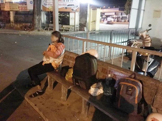 Hình ảnh người phụ nữ ôm theo con nhỏ ngồi bơ vơ ở bến xe trong đêm giao thừa vì chồng nhậu say quên đón vợ con khiến nhiều người thương cảm - Ảnh 2.