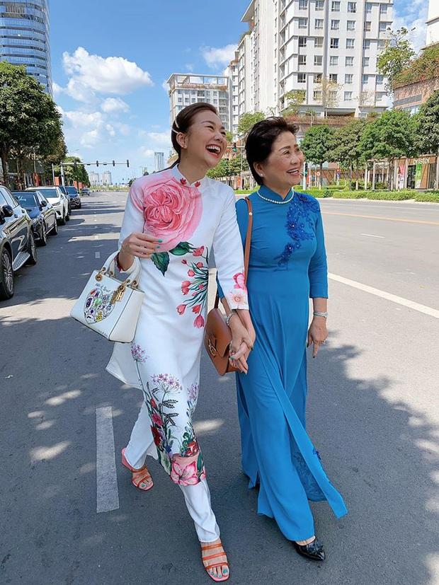 Sao Vbiz đồng loạt chọn Áo dài xuống phố mùng 1: Cả năm áo váy hàng hiệu rồi, cứ Tết về với truyền thống là chuẩn nhất! - Ảnh 1.