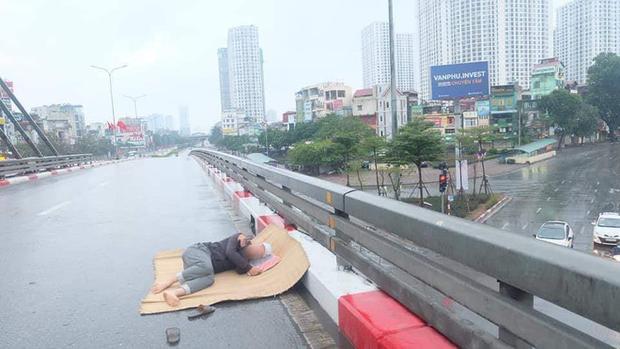 Ngán ngẩm hình ảnh người đàn ông trải chiếu ra giữa phố Hà Nội để nằm checkin ngay giữa trưa mùng 1 Tết - Ảnh 3.