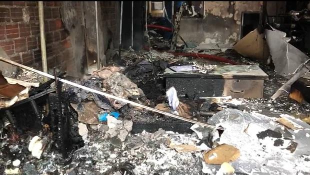 Tiệm áo cưới bốc cháy ngùn ngụt mùng 1 Tết, 2 người bị mắc kẹt - Ảnh 3.