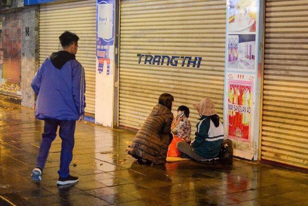 Giao thừa Hà Nội có lạnh nhưng sự tử tế thì luôn ấm áp: Nhiều tài xế dừng ô tô bên đường, tặng quà năm mới cho 3 mẹ con người phụ nữ nghèo - Ảnh 4.