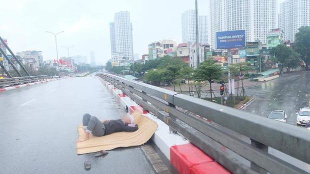 Ngán ngẩm hình ảnh người đàn ông trải chiếu ra giữa phố Hà Nội để nằm checkin ngay giữa trưa mùng 1 Tết - Ảnh 2.