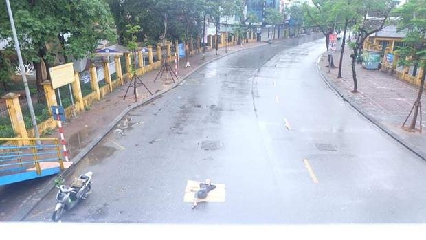 Ngán ngẩm hình ảnh người đàn ông trải chiếu ra giữa phố Hà Nội để nằm checkin ngay giữa trưa mùng 1 Tết - Ảnh 4.