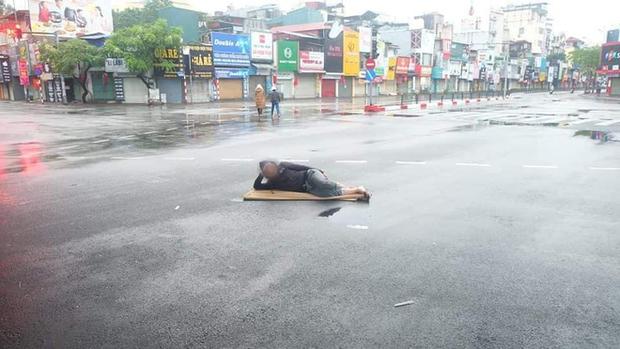 Ngán ngẩm hình ảnh người đàn ông trải chiếu ra giữa phố Hà Nội để nằm checkin ngay giữa trưa mùng 1 Tết - Ảnh 1.