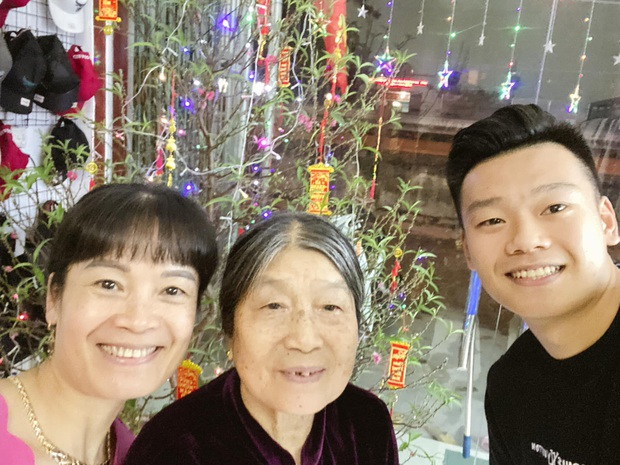 Đầu năm ấm lòng với hình ảnh giản dị: Quả bóng vàng Quang Hải ân cần sấy tóc cho mẹ đi chơi Tết  - Ảnh 3.