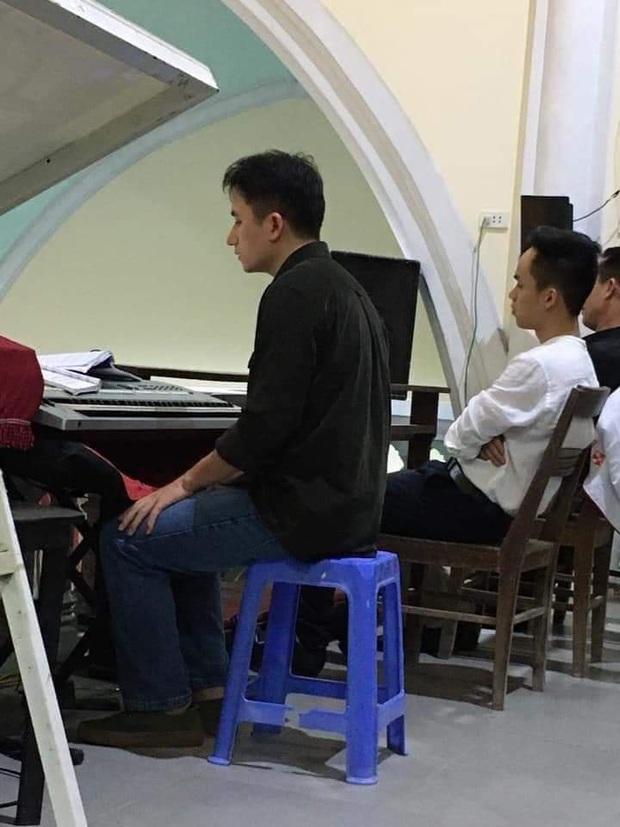 Có hit 100 triệu view thì Phan Mạnh Quỳnh vẫn mặc giản dị, chơi đàn trong nhà thờ ngày đầu năm mới - Ảnh 1.