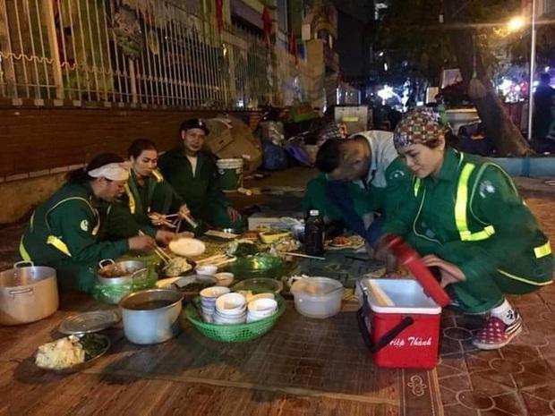 Xúc động hình ảnh bữa cơm tất niên chớp nhoáng ngay ngoài đường phố của các chị lao công tối 30 Tết - Ảnh 2.