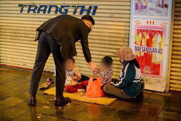 Giao thừa Hà Nội có lạnh nhưng sự tử tế thì luôn ấm áp: Nhiều tài xế dừng ô tô bên đường, tặng quà năm mới cho 3 mẹ con người phụ nữ nghèo - Ảnh 3.