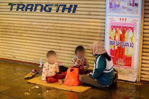 Giao thừa Hà Nội có lạnh nhưng sự tử tế thì luôn ấm áp: Nhiều tài xế dừng ô tô bên đường, tặng quà năm mới cho 3 mẹ con người phụ nữ nghèo - Ảnh 2.