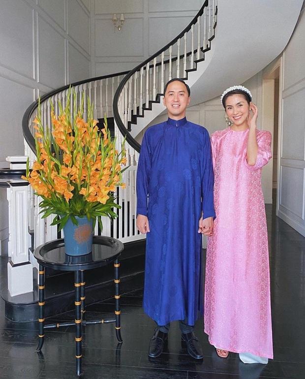 Cứ Mùng 1 Tết, vợ chồng Hà Tăng lại xúng xính áo dài du xuân: Hơn 1 thập kỷ gắn kết, chưa bao giờ quên nắm chặt tay! - Ảnh 1.