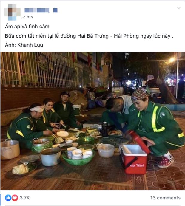 Xúc động hình ảnh bữa cơm tất niên chớp nhoáng ngay ngoài đường phố của các chị lao công tối 30 Tết - Ảnh 1.