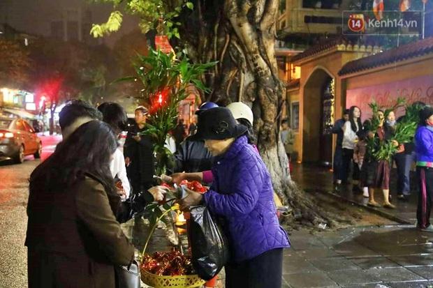 Hàng trăm người Hà Nội đổ về chùa Quán Sứ làm lễ, xin lộc sau giao thừa - Ảnh 7.