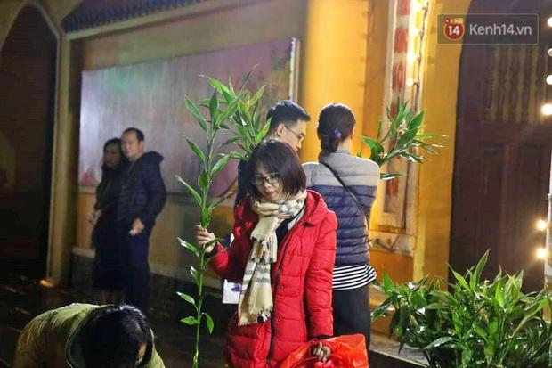 Hàng trăm người Hà Nội đổ về chùa Quán Sứ làm lễ, xin lộc sau giao thừa - Ảnh 8.