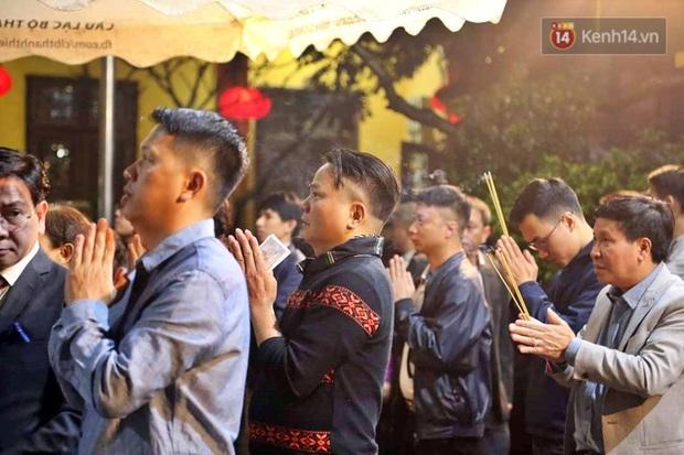 Hàng trăm người Hà Nội đổ về chùa Quán Sứ làm lễ, xin lộc sau giao thừa - Ảnh 2.