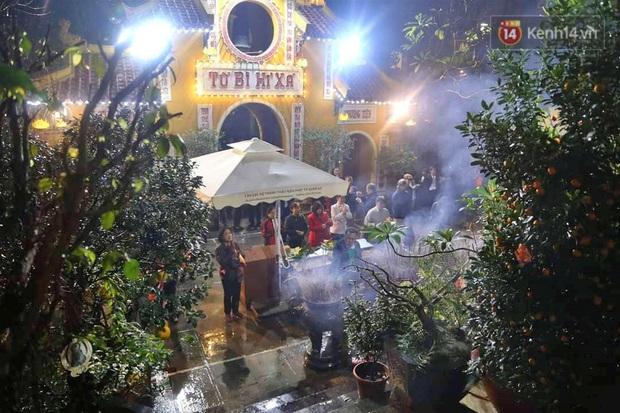 Hàng trăm người Hà Nội đổ về chùa Quán Sứ làm lễ, xin lộc sau giao thừa - Ảnh 4.
