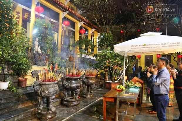 Hàng trăm người Hà Nội đổ về chùa Quán Sứ làm lễ, xin lộc sau giao thừa - Ảnh 3.