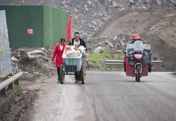 Đi bộ 2000km, ngủ dưới gầm cầu và chuồng bò trong 2 tháng để về quê ăn Tết, cặp vợ chồng bất cẩn nổi tiếng với gần 200 nghìn người hâm mộ  - Ảnh 2.