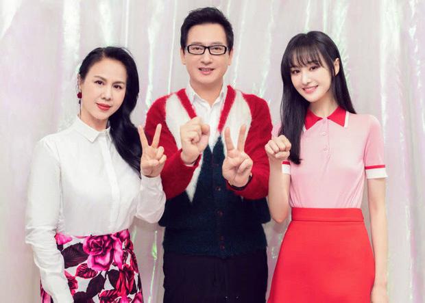 Dàn sao Cbiz nhuộm đỏ Weibo mùng 1: Trịnh Sảng gây sốt với ảnh khoe bố mẹ, Hồ Hạnh Nhi đưa 2 con về quê ăn Tết - Ảnh 1.