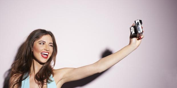 Tết này lỡ cạp hơn nhiều nên tăng mỡ béo mặt, chụp selfie làm sao để trông vẫn thon thả chuẩn dáng? - Ảnh 1.
