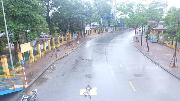 Ngán ngẩm hình ảnh người đàn ông trải chiếu ra giữa phố Hà Nội để nằm checkin ngay giữa trưa mùng 1 Tết - Ảnh 5.