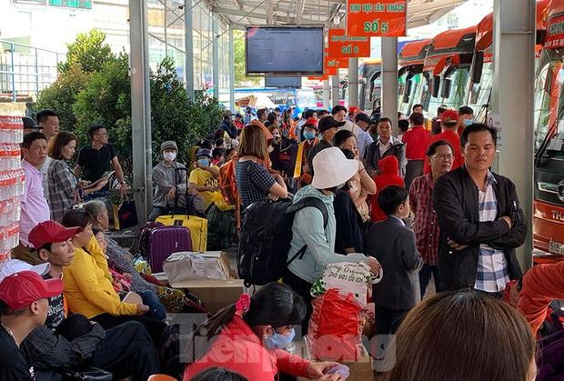 Mùng 1 Tết, bến xe miền Tây đông kín người đổ về quê - Ảnh 12.