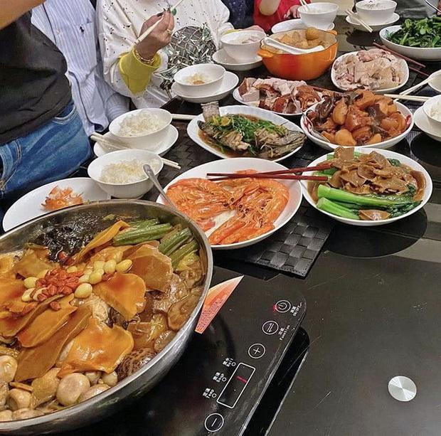 Dàn sao Cbiz nhuộm đỏ Weibo mùng 1: Trịnh Sảng gây sốt với ảnh khoe bố mẹ, Hồ Hạnh Nhi đưa 2 con về quê ăn Tết - Ảnh 4.