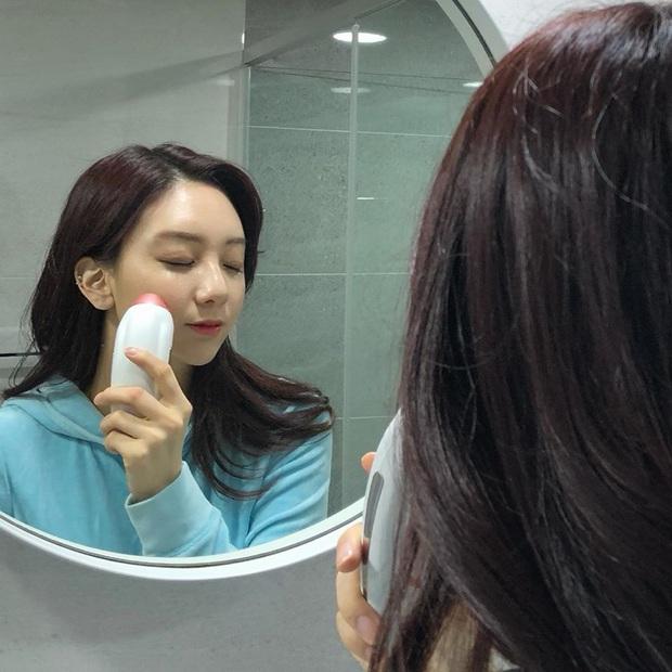 U40 Son Ye Jin vẫn trẻ đẹp quá chừng chính là nhờ loại máy dưỡng da đặc biệt mà cô dùng trong Crash Landing On You - Ảnh 6.