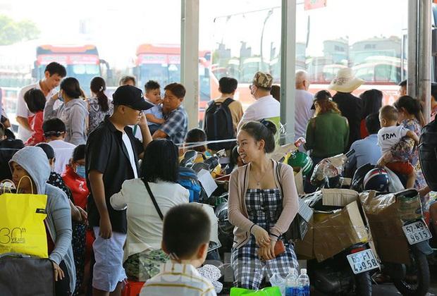 Mùng 1 Tết, bến xe miền Tây đông kín người đổ về quê - Ảnh 9.