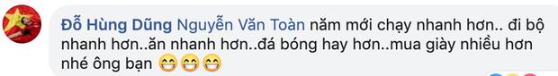 Mồng 1 Tết của cầu thủ tuổi Tý Nguyễn Văn Toàn: Ăn mì tôm ngấu nghiến như bị bỏ đói mấy ngày, bị Đức Huy doạ vào Facebook của bố troll lầy lội - Ảnh 3.
