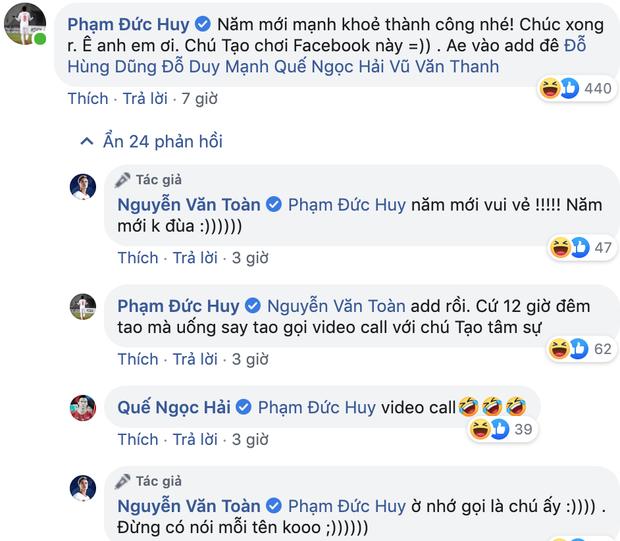 Mồng 1 Tết của cầu thủ tuổi Tý Nguyễn Văn Toàn: Ăn mì tôm ngấu nghiến như bị bỏ đói mấy ngày, bị Đức Huy doạ vào Facebook của bố troll lầy lội - Ảnh 4.