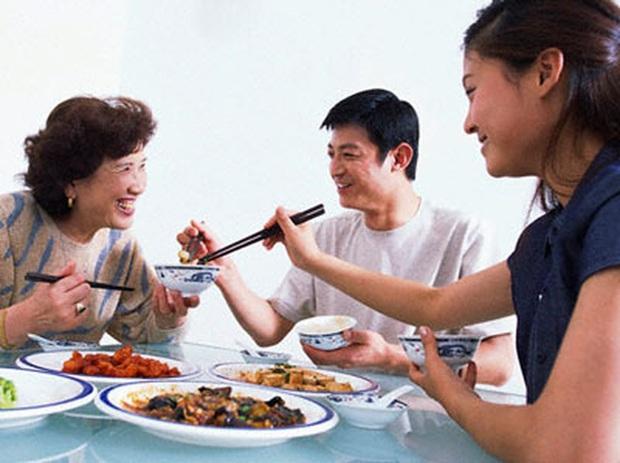 Một người bị bệnh, cả nhà bị lây: 3 việc cần làm trong bữa ăn ngày Tết để ngăn ngừa nhiễm trùng ung thư dạ dày - Ảnh 2.