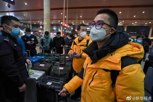 Tết Nguyên Đán trong bệnh viện Vũ Hán: Các y bác sĩ ngày đêm chiến đấu để ngăn sự bùng phát của virus corona, có người lên cơn đau tim vì quá kiệt sức - Ảnh 8.