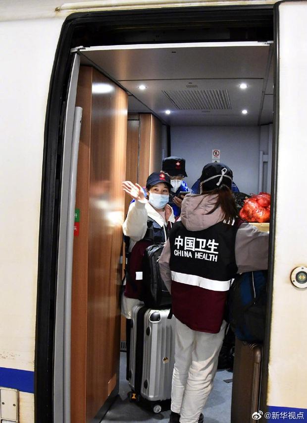Tết Nguyên Đán trong bệnh viện Vũ Hán: Các y bác sĩ ngày đêm chiến đấu để ngăn sự bùng phát của virus corona, có người lên cơn đau tim vì quá kiệt sức - Ảnh 10.