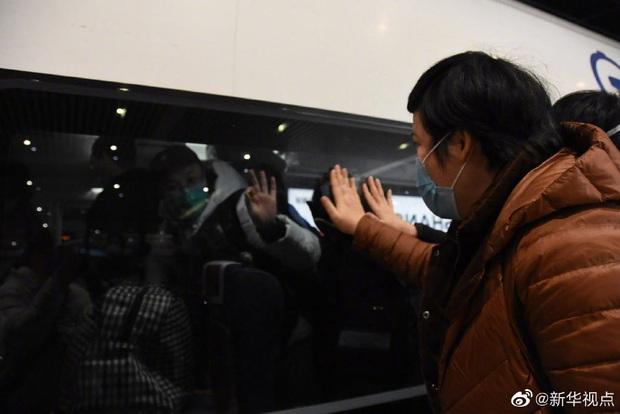 Tết Nguyên Đán trong bệnh viện Vũ Hán: Các y bác sĩ ngày đêm chiến đấu để ngăn sự bùng phát của virus corona, có người lên cơn đau tim vì quá kiệt sức - Ảnh 11.