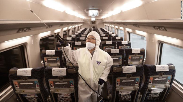 Lại thêm người chết vì virus Vũ Hán: 56 người thiệt mạng, gần 2000 ca nhiễm bệnh, đồ bảo hộ cho bác sĩ thiếu hụt trầm trọng - Ảnh 3.