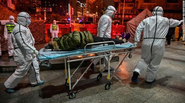 Lại thêm người chết vì virus Vũ Hán: 56 người thiệt mạng, gần 2000 ca nhiễm bệnh, đồ bảo hộ cho bác sĩ thiếu hụt trầm trọng - Ảnh 1.